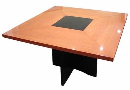 Mesa rectangular lustrada con gajo
